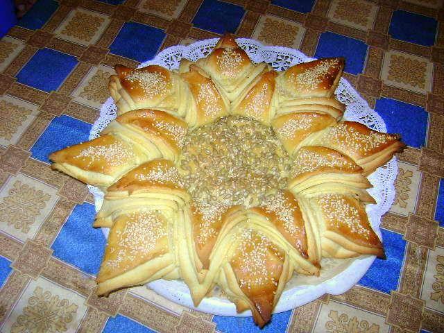 A napraforgó kenyér az ünnepi asztal dísze. Nagyon mutatós ez a napraforgómagos és szezámmagos kenyér tészta :)