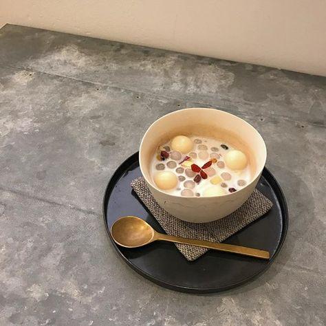 ミュージアムカフェより ベトナムのローカルスイーツ、チェーをアレンジしたオリジナルのデザートが新しくメニューに加わりました。 鳴門金時、かぼちゃ、6種の豆と6種の穀物、タピオカ、豆腐白玉、豆花にココナッツミルクベースのスープをかけた、ヘルシーで栄養たっぷりなデザートです。 寒いこの季節には、スープを温めてホットでいただくのもおすすめです。 ※時期や仕入状況によって内容を多少変更する場合がございます、ご了承ください。 〈9日・10日のケーキ〉 ・チーズケーキ ・カラメルバナナブレッド ・キャトルカール ・2種のスコーンプレート ・オリジナルチェー ・クッキーセット #banko_a_d_museum  #bankoarchivedesignmuseum  #museum#cafe#dessert#sweets #三重#四日市#ミュージアム#カフェ #チェー