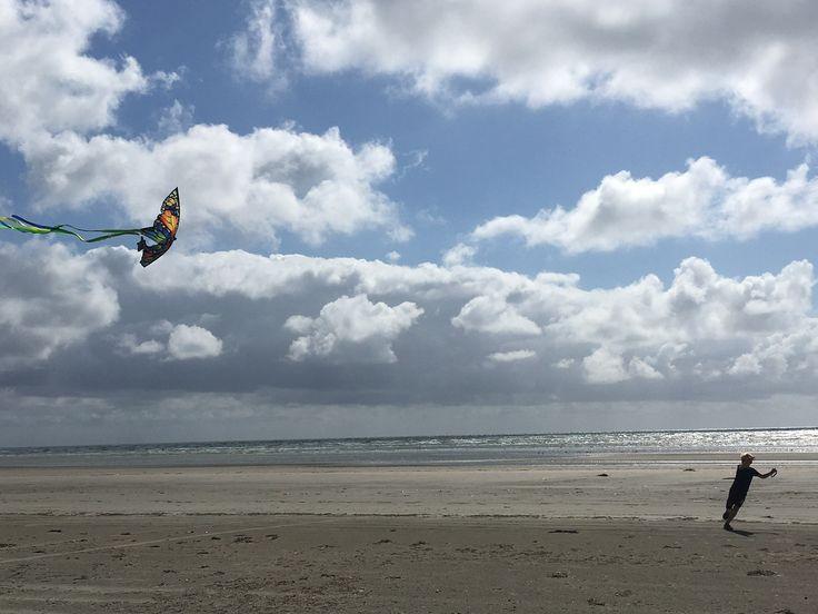 Drachen steigen lassen. Hygge am Strand mit Kindern