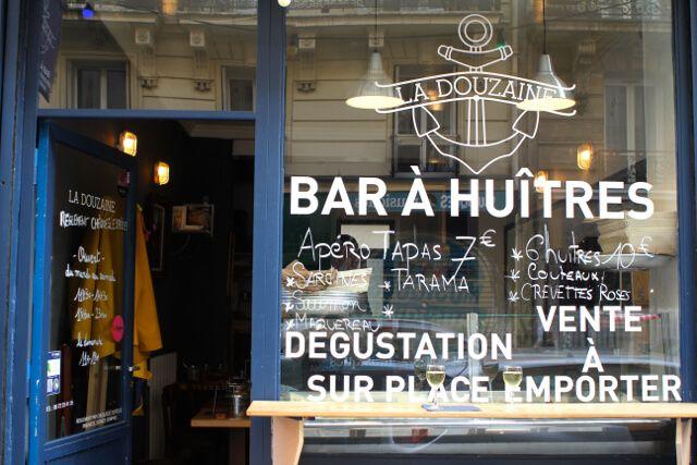 devanture du bar à huîtres la douzaine paris IXème