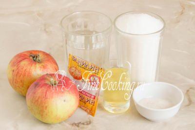 Шаг 1. В рецепт яблочного зефира в домашних условиях входят следующие ингредиенты: свежие яблоки, сахарный песок, вода, свежий яичный белок, агар-агар и щепотка ванилина (можно заменить чайной ложкой ванильного сахара)