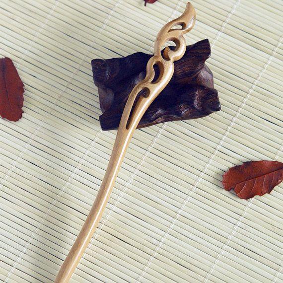 Type: OriginalFire handgesneden houten haar Stick / haar Pin /Hair vork Materiaal: perzik hout Grootte: ongeveer 18 cm lang  Over onze haren Sticks Willen brengen van een splash van plezier aan je garderobe zonder te hard of vegen blikken met een chique en sierlijke kapsel? Onze handgemaakte haar stokken zou je beste keuzes. Ingewikkeld ontworpen en nauwgezet handgemaakt van zeldzame en kostbare natuurlijke houtsoorten zoals ebben, sticks fossiel hout, Lignum vitae, rood sandelhout,...