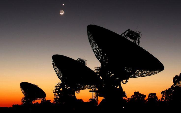 SETI radio télescope antenne parabolique signaux vers des étoiles