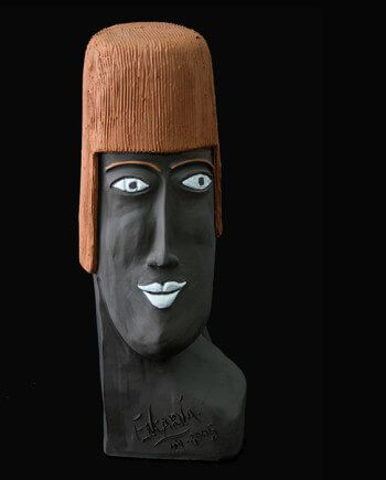 PIEZA ÚNICA  Pieza cerámica contemporánea de 37 x 10 cm.  Figura de terracota realizada en arcilla roja, cocida a 1.000 ºC y con los detalles pintados con barbotinas. 250€