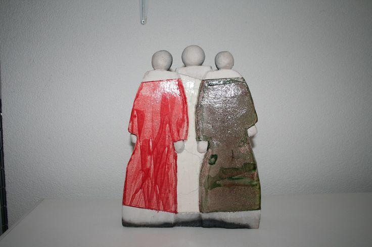 """Beeld: """"drie éénheid"""" .Gemaakt van wit bakkende klei, Techniek: Opgebouwd uit dunne platen klei. Het beeld is raku gestookt.(verkocht) / Stateu: """"three unity"""" .Made white baking clay, Technique: Built from thin sheets of clay. The image is raku fired. (Sold)"""