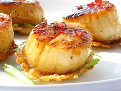 Super Yummy, sweet meets spicy! Scallops with Chili, Honey on Crispy Wonton, You don't need to cut the wonton to make it pretty since its still delicious!