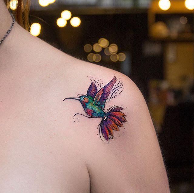 Beija-flor colorido da Camila que rolou ontem aqui no Tattoaria.  @camilapanicio valeu pela confiança, adoramos conhecer vc  #tatuagem #tatuagemfeminina #aquarela #tattooart @tattoaria_oficial