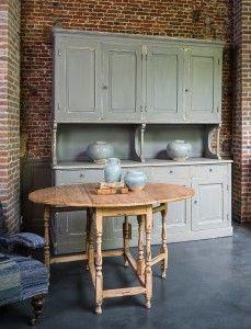 Authentieke gepatineerde kast en gateleg tafel naar Iers model - Authentic cupboard with a soothing patina - #WoonTheater
