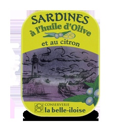 Stellvertretend für die köstlichen Fischkonserven des Unternehmens La Belle-Iloise habe ich mal die Sardinen in Olivenöl mit Zitrone gepostet. Es lohnt sich in den Küstenstädten im nördlichen Frankreich, am Atlantik und an der Côte D'Azur die Augen nach den kleinen La Belle-Iloise Geschäften aufzuhalten, denn die Konserven sind nur dort erhältlich.