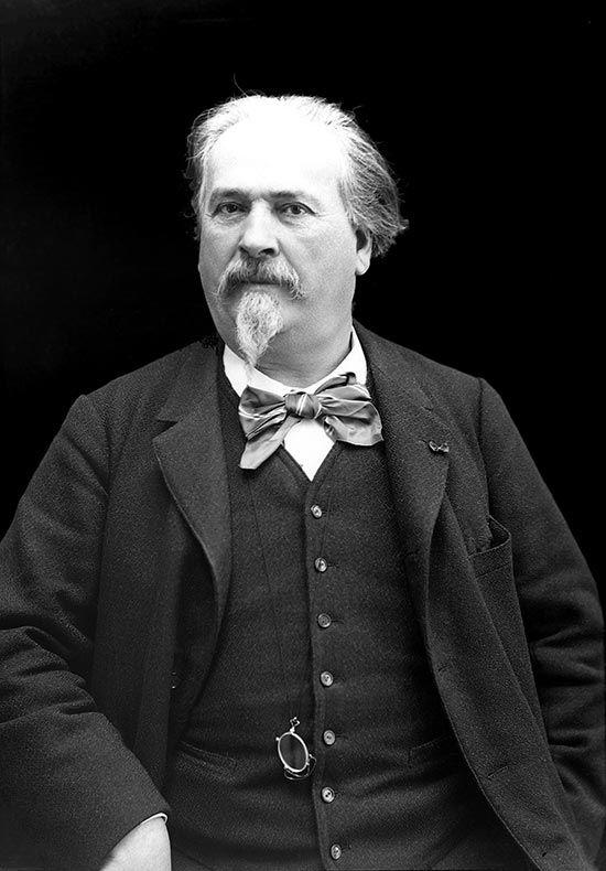 Joseph Étienne Frédéric Mistral est un écrivain et lexicographe français de langue d'oc, né le 8 septembre 1830 à Maillane (Bouches-du-Rhône), où il est mort le 25 mars 1914 et où il est inhumé. Mistral fut membre fondateur du Félibrige, membre de l'Académie de Marseille, maître ès-jeux de l'Académie des Jeux floraux de Toulouse et, en 1904, Prix Nobel de littérature pour son œuvre Mirèio (Mireille) écrite en occitan dans son dialecte provençal.