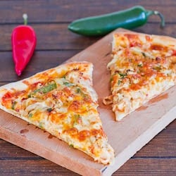 Chicken Fajita Pizza  Use low carb wraps or flat out bread instead of pizza doe to make it healther