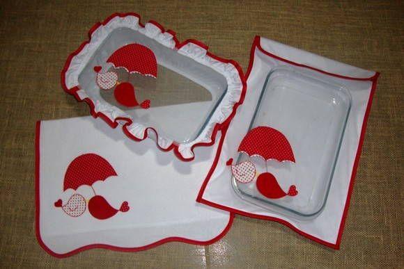 Kit com porta assadeira, protetor de pirex e pano de prato.  Porta assadeira, ideal p/ guardar a assadeira com bolo de maneira bonita, enfeitando a mesa. Cabe a assadeira grande.  Protetor para pirex ou touca para pirex, súper útil para manter os insetos longe do alimento. Podem ser feitos redondos para usar em tigelas.  Podem ser vendidos separados e o tema bordado combinando com o kit de cozinha.