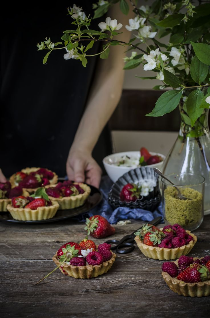 Tartlets with white chocolate panna cotta with strawberries and raspberries