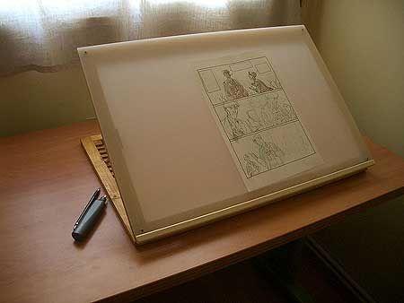 Tener un padre especialmente dotado para la artesanía es todo un regalo. En el último Salón del Manga de Barcelona vi unas mesas de dibujo portátiles que m