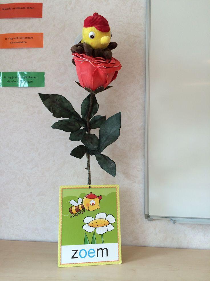 Zoem de Bij: de rode bloem heb ik vastgemaakt aan een toiletrolhouder, beiden…
