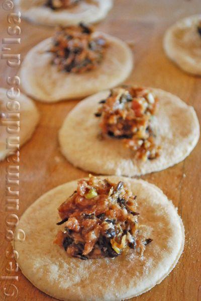 Baozi (petits pains cuits à la vapeur et farcis de porc et champignons parfumés)