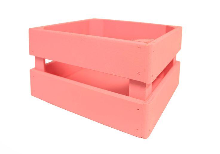 Ящик для цветов розового цвета выполнен из МДФ, фанеры и бруса. Размер изделия 17,5*10*15 см. Окрашен краской на водной основе. Детали изделия склеены между собой и дополнительно сколочены. Ящик устойчивый и прочный. Подойдет для цветочных и конфетно-букетных композиций, для хранения баночек, бутылочек, дисков, ниток для вязания, коробочек с чаем.