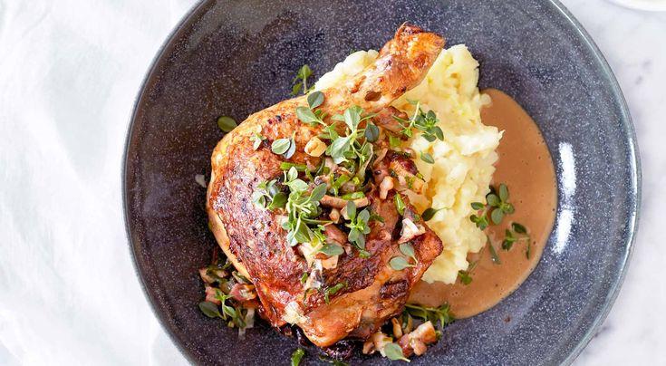Recept på svamp- och fläskfyllda kycklingklubbor med selleristomp och messmörsås. Servera gärna en krispig grönsallad vid sidan om.