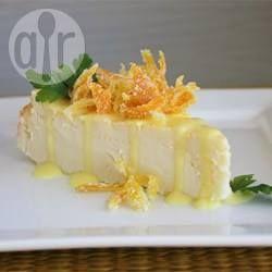 Een kwarktaart in Duitse stijl, namelijk gebakken in de oven. Dit is een eenvoudig recept waar zowel roomkaas als kwark in wordt gebruikt en het vormt vanzelf een soort bodem (korst) terwijl het bakt.