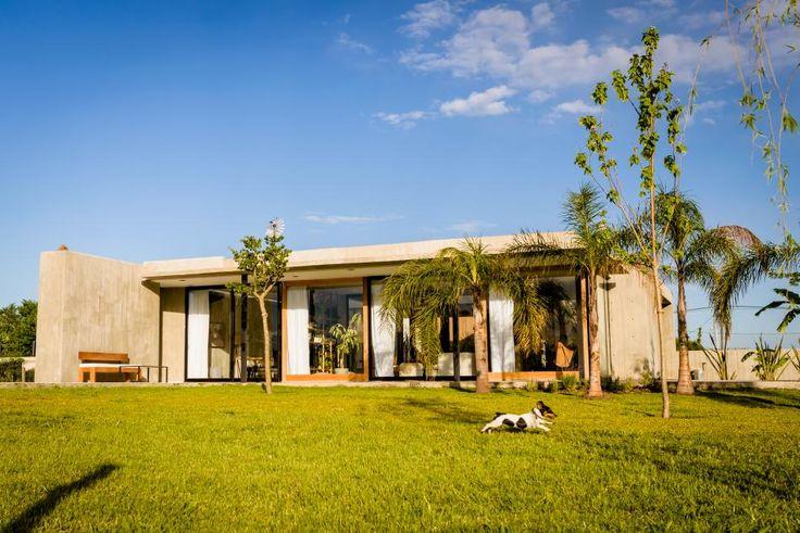 """La Plata.  """"La arquitectura es escultura habitada"""" es una de las frases del prestigioso artista rumano Constantin Brancusi.  Traerla a esta nota no es una decisión tomada al azar. Tiene que ver con una de las premisas de la filosofía de trabajo del Estudio González Arzac y de la casa que compartimos en imágenes."""