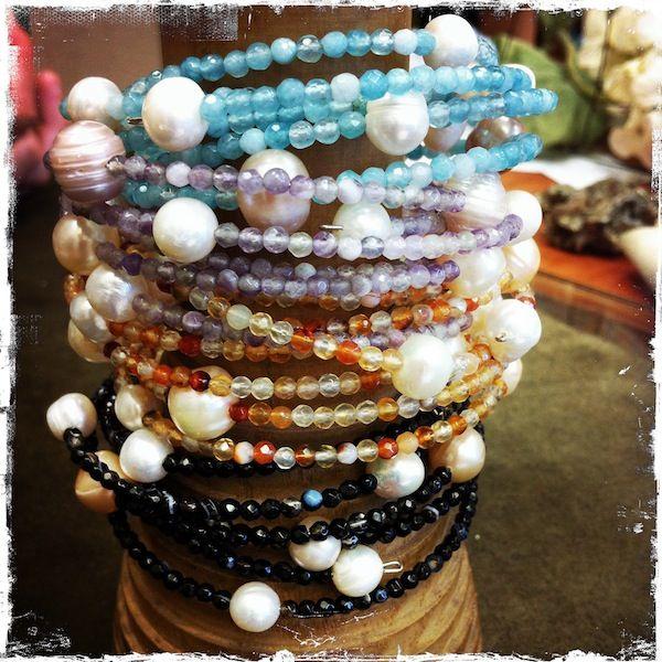 Bracciali semirigidi con perle di fiume e onice, corniola, ametista e quarzo celeste