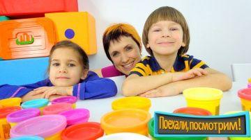 Новое шоу для детей: Поехали, посмотрим! ПлейДо выпечка и кафе кондитерская http://video-kid.com/10033-novoe-shou-dlja-detei-poehali-posmotrim-pleido-vypechka-i-kafe-konditerskaja.html  Детская передача Поехали, посмотрим - это видео для детей, интересные игры, песни и  яркая анимация. В каждом выпуске мы играем дома и идем гулять. Маша, Марк и Катя устраивают в студии Первый Проект кондитерскую, лепят сладости из пластилина ПлейДо, пекут печенье, пончики и пироги. А потом Маша показывает им…