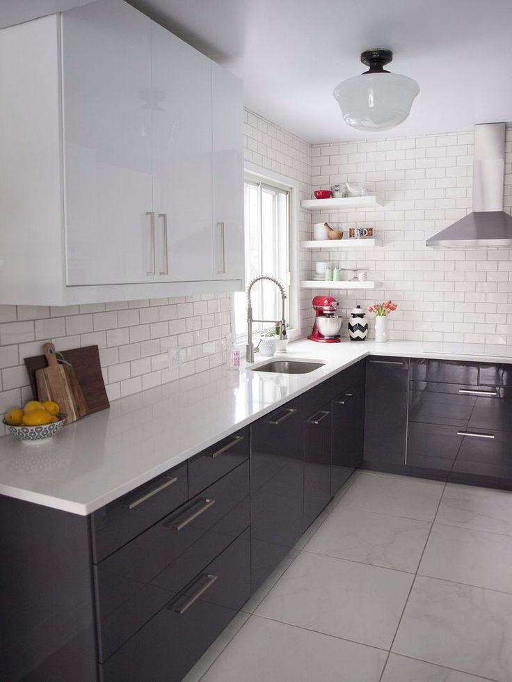 cozinha americana preta com branco e bem organizada, sem armarios