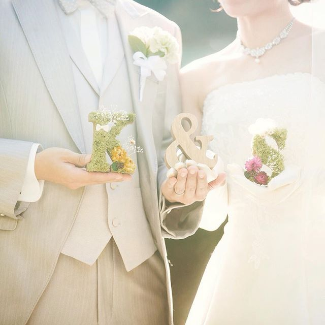 * モスとドライフラワーをくっつけた イニシャルオブジェ * 主人には蝶ネクタイのモチーフ 私はレースのリボンをキュッと縫って、 花冠をイメージした小さなお花を3つ並べてみました * * 結婚式をしてから早1ヶ月が経ちました * が * 未だに作ったグッズを飾りきれていません。笑 * 思いを込めて作ると、どの子も愛着がわきますね * もう少し、余韻に浸ろうと思います♡ * * #結婚式#wedding#weddingtbt#プレ花嫁#プレ花嫁卒業#卒花#ドライフラワー#ドライモス#手作り#DIY#イニシャルオブジェ
