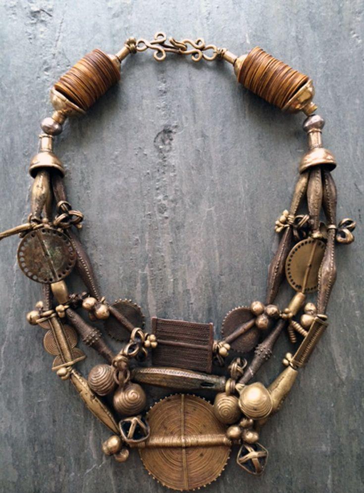 Joias Étnicas...  Colar; três vertentes de antigos grânulos de latão, pingentes, e talismãs criados por artesãos Akan da tribo Baule da Costa do Marfim, usando metal de vulcanite na cor ocre, extremamente raro, quatro cones de bronze, e um gancho de bronze... Que fecho!