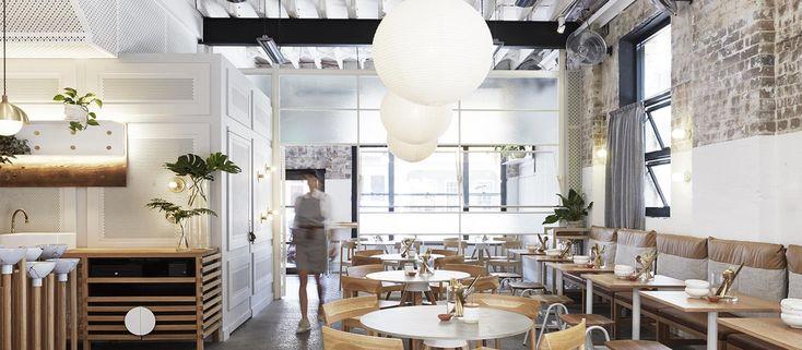 Die Bio-Teebar The Rabbit Hole erfindet das alte, klischeehafte Teehauskonzept neu.  Das Projekt beginnt mit der Nutzung der vorgegebenen Architektur des ehemaligen Industriegeländes: Dafür wurden die Betonböden geschliffen und poliert, die Holz