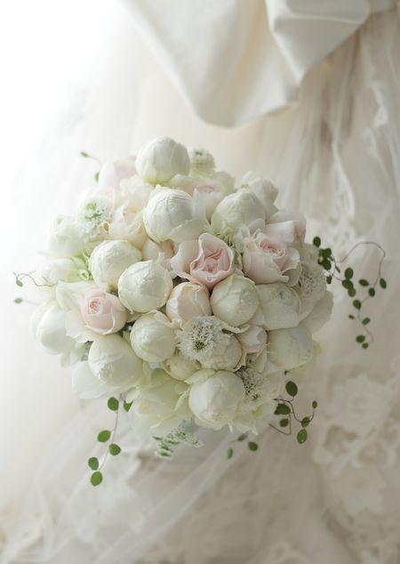 2シェアブーケ 綱町三井倶楽部様へ 白に薄いピンクで : 一会 ウエディングの花