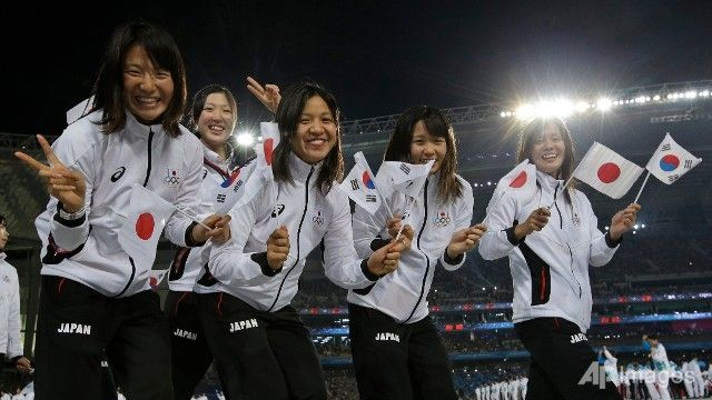 Japanese athletes wave their national flag along with the flag of South Korea as they walk into the Incheon Asiad Main Stadium during the opening ceremony of the 17th Asian Games in Incheon, South Korea. (AP/Lee Jin-man) ▼19Sep2014ChannelNewsAsia|2014 Asian Games: Opening Ceremony http://www.channelnewsasia.com/news/photo/slideshow/2014-asian-games-opening/1371012.html #Incheon2014