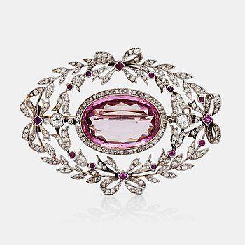 504. BROSCH med rosa topas, ca 8.50 ct, samt rosen- och gammalslipade diamanter.