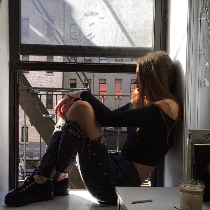 Chica pensando en la ventana                                                                                                                                                                                 Más