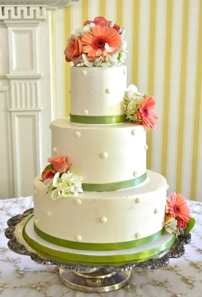 Designing a Wedding Cake with Personality-Sugarland Traditional Wedding Cake