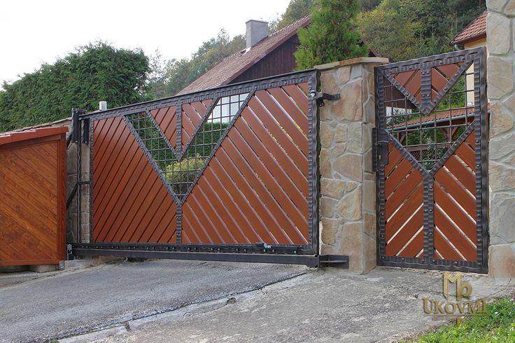 Kovaná brána - drevo - kov, súhra materiálov - exkluzívna brána a plot