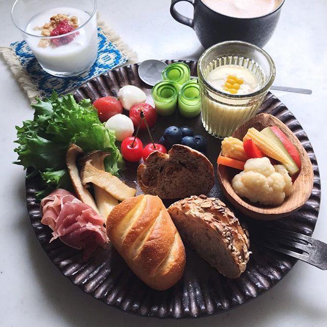 Today's breakfast. 涼しい朝にほっとした火曜日です 昨日のエペのパン色々で朝ごはん * 今日も良い日になりますように☺︎
