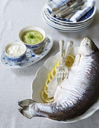 Salmon with cucumber salad and sour cream. Helkokt laks med agurksalat og rømme.