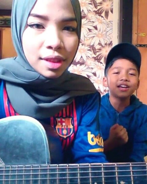 Kakak adik duet akustik lagu Sambutlah Kasih terbaik lah