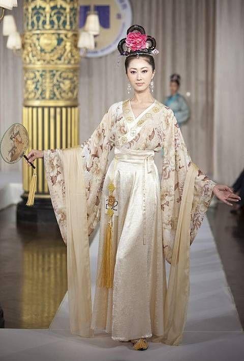 """Ханьфу (漢服) — китайский традиционный халат. Его название можно перевести - """"одежда династии Хань""""."""