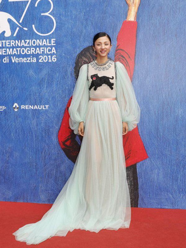 自身の出演作『愚行録』のプレミアには「グッチ」のドレスで。昼間に行われたこちらのプレミアでのドレス姿があまりに魅力的だったためか(?)なんと夜に行われたスキ・ウォーターハウスの出演作『The Bad Batch...