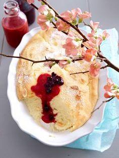 Luftige Käsekuchencreme mit frischer Erdbeer- und Heidelbeersoße