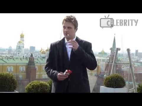 Michael Pitt lights up a cigarette at photocall in Moscow / Майкл Питт закурил в Москве - YouTube
