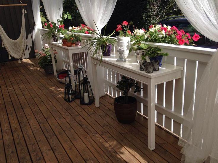 Av ett vanligt köksbord som sågats isär längs långsidan kan man göra vackra praktiska blombord på altanen! Källa: Facebook / grupp Återbruka mera!