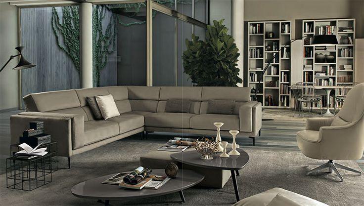 Divano Soprano by FEBAL CASA. L'estesa profondità della seduta rende incredibilmente confortevole il divano e ne slancia la struttura che ha, come estensione naturale, il pouf quadrato a completamento dello spazio living.
