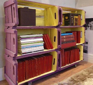 adorei terem pintado uma cor dentro dos caixotes e outra fora, deu uma ar diferente à estante. Outro detalhe, são as rodinhas, pq caixotes empilhados tendem a ficar muito pesados então os rodízios são essenciais para mudá-los de lugar: