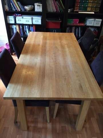 Spisestuebord i heltre eik med 4 stoler og to ileggsplater - Finn.no