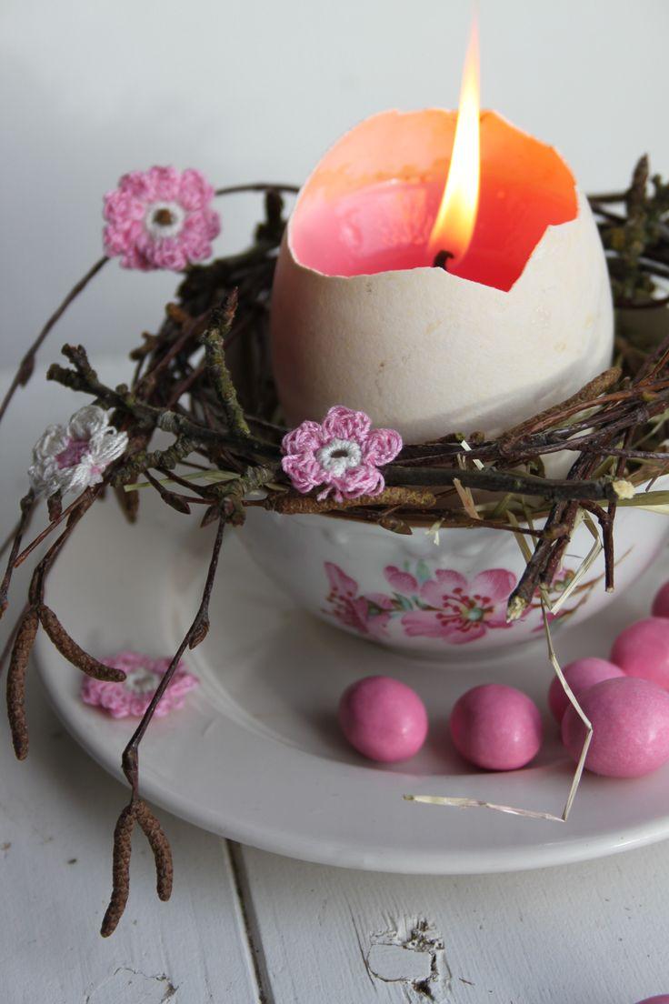 Ei op brocante kopje met fijn gehaakt bloemetje uit inhaken op de lente
