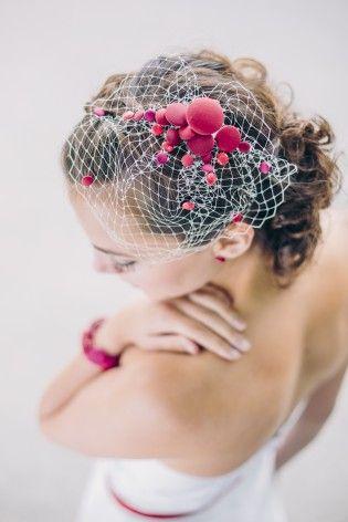 noni 2015 Fascinator, Birdcage für die Braut mit roten Knöpfen und Hutschleier (www.noni-mode.de - Foto: Le Hai Linh)