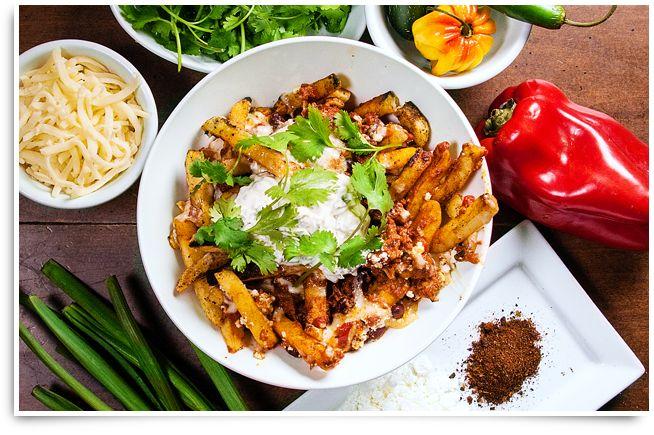 Cette recette ModifryMC au chili mexicain fera danser vos papilles gustatives! Des SuperfriesMD de McCainMD recouvertes de deux types de fromage fondu, d'épices, de chili et de coriandre.